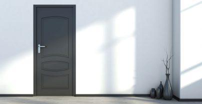 jakie listwy przypodłogowe wybrać do ciemnych drzwi