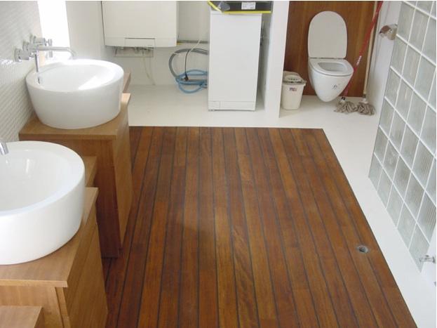 Deski z guma - drewniana podloga w łazience