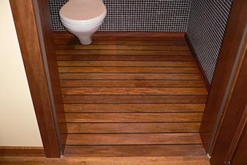 Podłogi drewniane w łazience